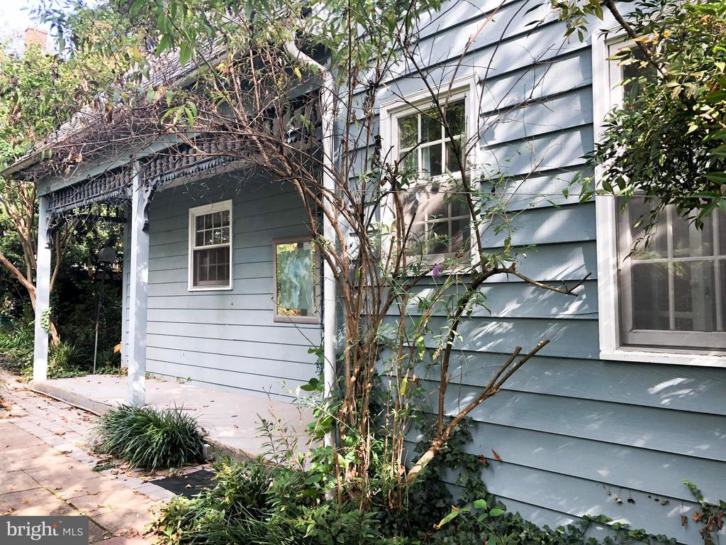 GUEST HOUSE - Exterior w/ front porch - 210 N KING ST, LEESBURG