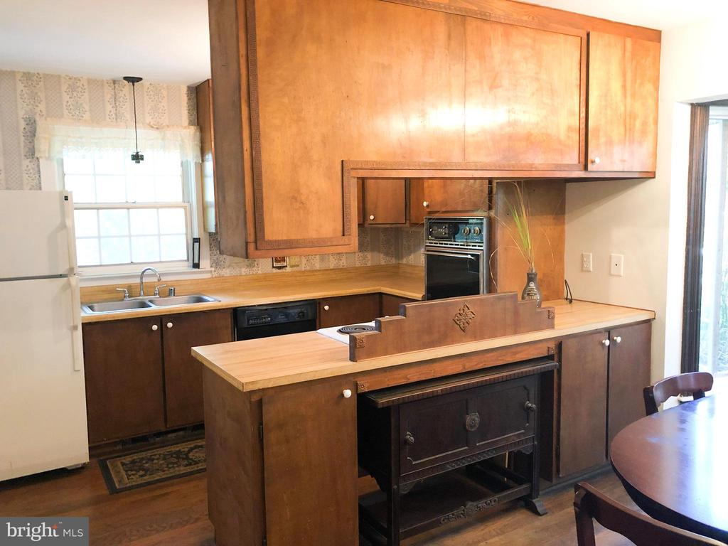 GUEST HOUSE - Full Kitchen - 210 N KING ST, LEESBURG