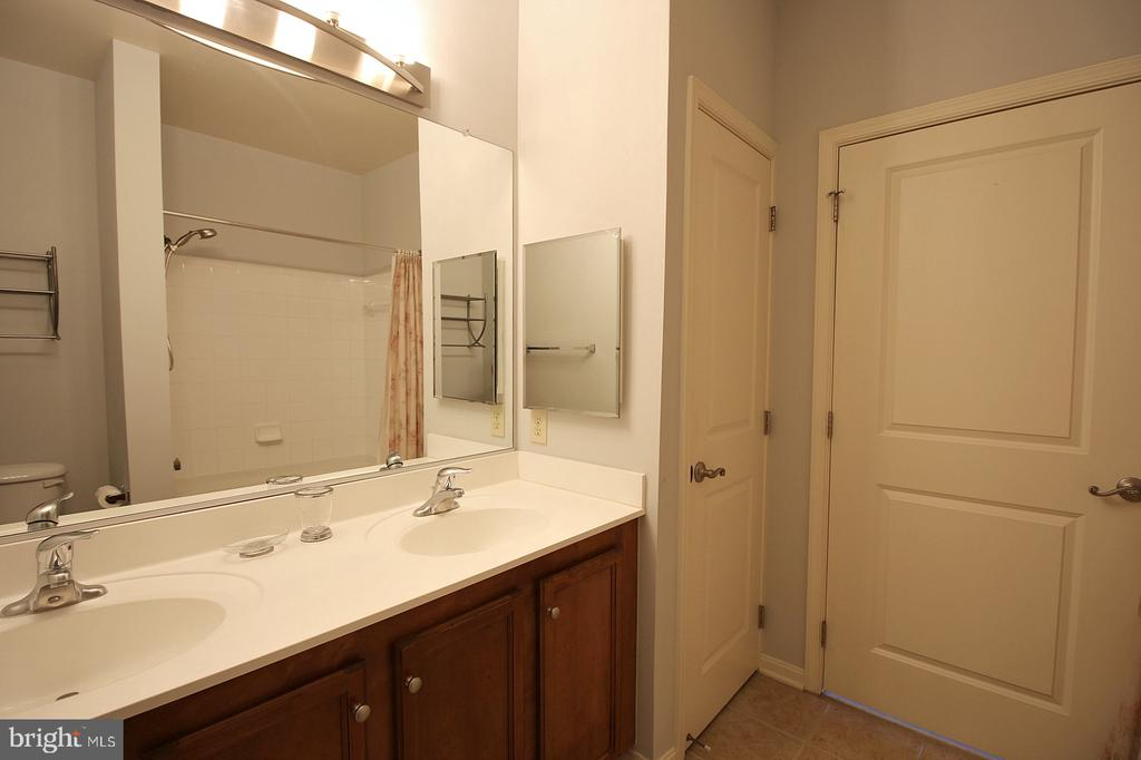 En suite with linen closet! - 2665 PROSPERITY AVE #429, FAIRFAX