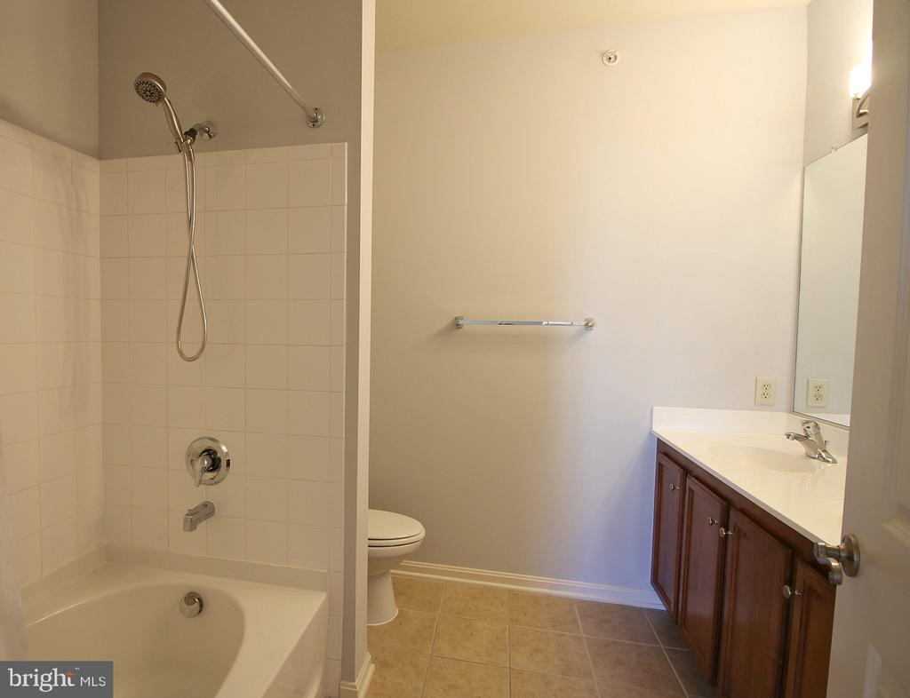 Master en suite with soaking bath! - 2665 PROSPERITY AVE #429, FAIRFAX