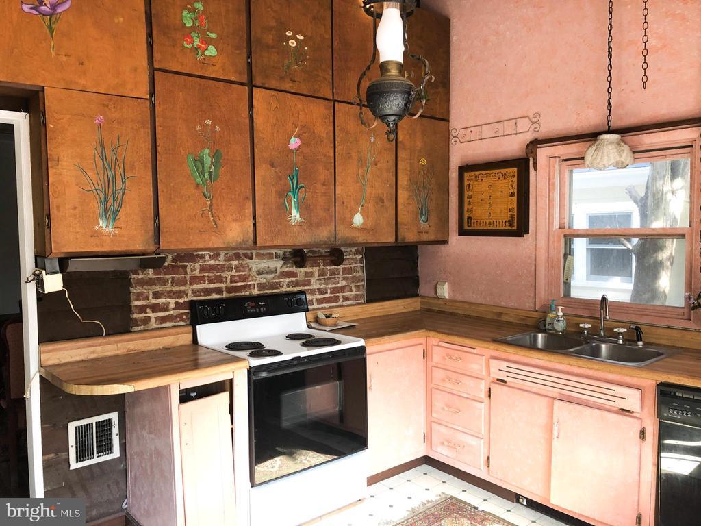 MAIN HOUSE - Kitchen w/original exposed brick wall - 210 N KING ST, LEESBURG