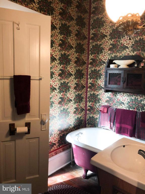 Main level full bath with claw foot tub - 210 N KING ST, LEESBURG