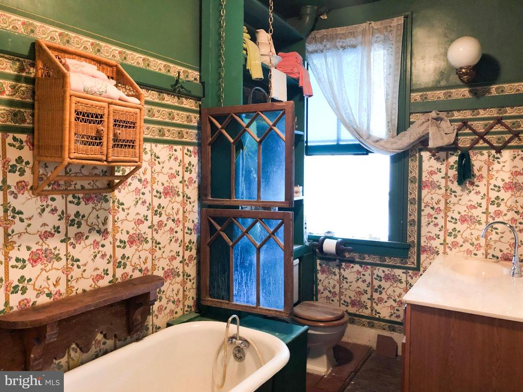Upper level Full Bath with claw foot tub - 210 N KING ST, LEESBURG