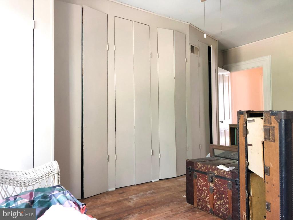 LARGE 2nd lvl Front bedroom  w/wall of closets - 210 N KING ST, LEESBURG