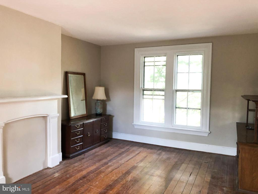 4th bedroom w/ a lot of natural light - 210 N KING ST, LEESBURG
