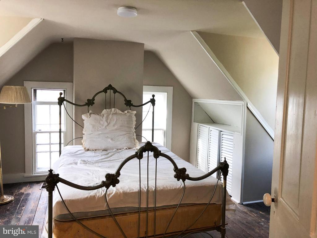 Romantic 3rd story 5th bedroom - 210 N KING ST, LEESBURG