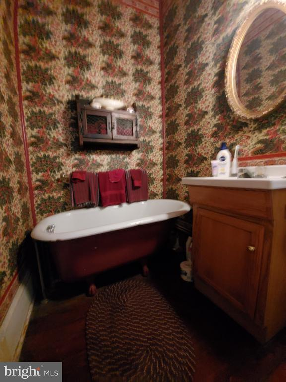 Main level full bath off of bedroom/library - 210 N KING ST, LEESBURG