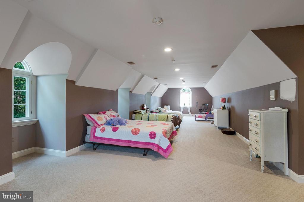 Huge bonus room is located above the garage - 3057 RUNDELAC RD, ANNAPOLIS