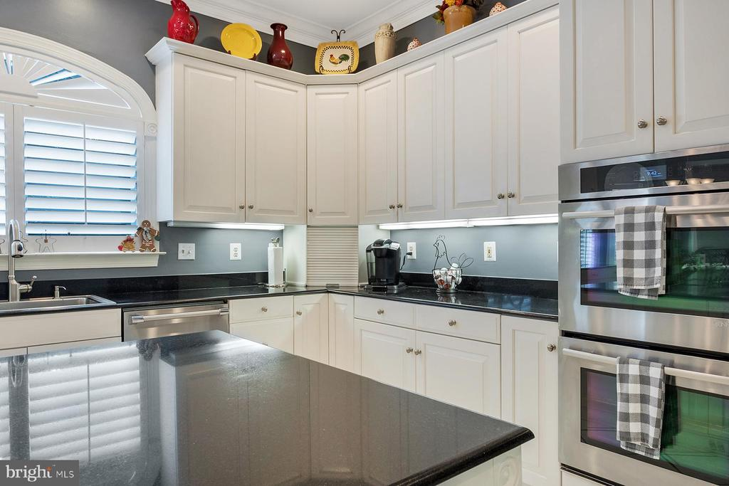 Kitchen features Jenn-air double wall ovens - 3057 RUNDELAC RD, ANNAPOLIS
