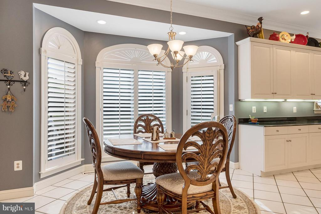 Informal dining has a lovely bay window - 3057 RUNDELAC RD, ANNAPOLIS