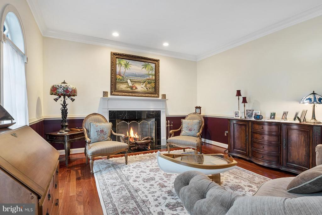 Living room has wood-burning fireplace - 3057 RUNDELAC RD, ANNAPOLIS