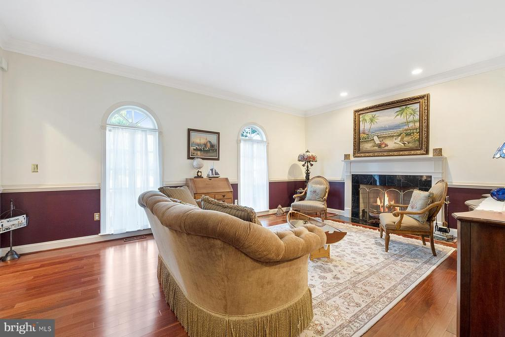 Living room has crown and chair rail molding - 3057 RUNDELAC RD, ANNAPOLIS