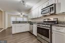 Peninsula with breakfast bar - 21825 FORMOSA SQ, STERLING