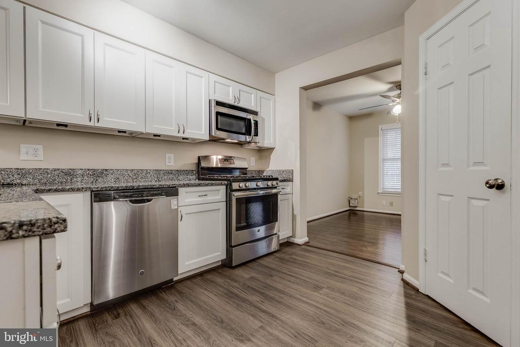 White cabinets, granite counters & SS appliances - 21825 FORMOSA SQ, STERLING