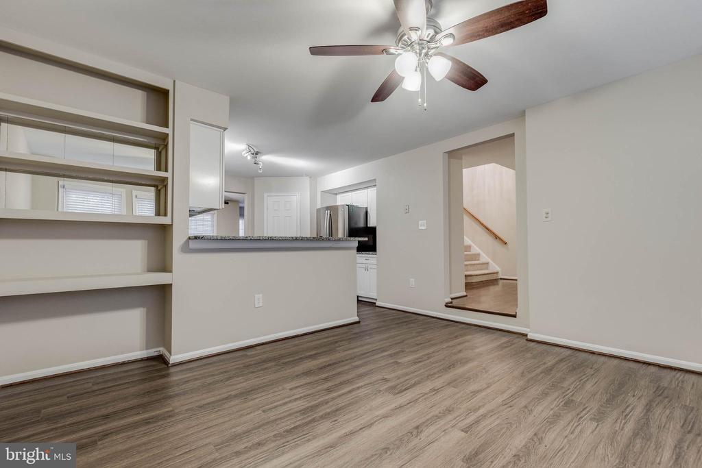 Updated flooring and fresh paint - 21825 FORMOSA SQ, STERLING