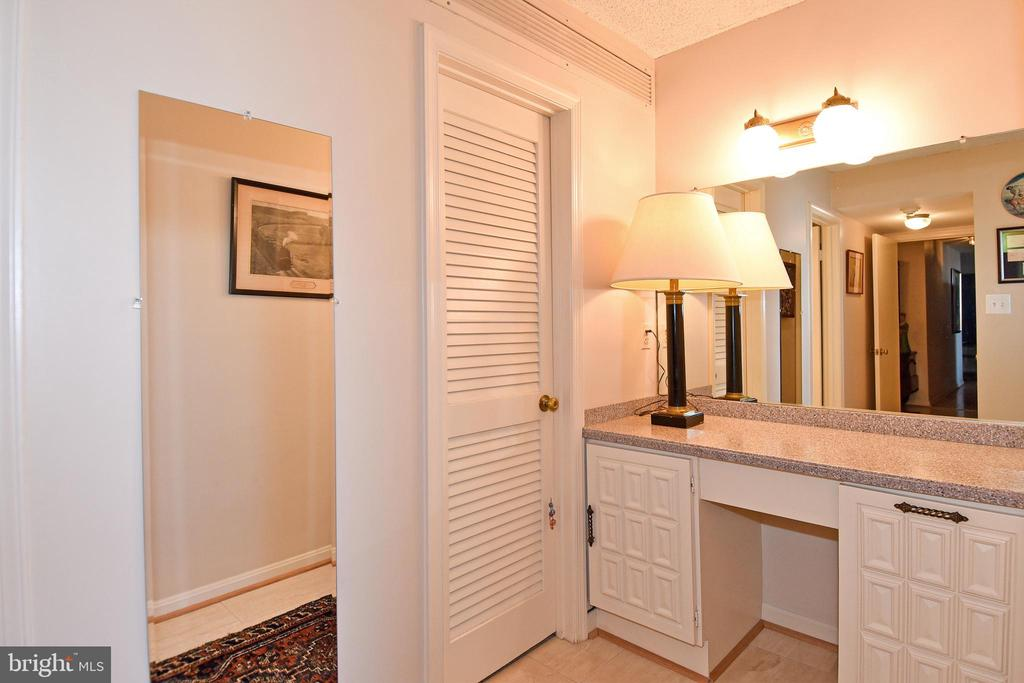 Master Bedroom Dressing Area & 3rd Walk-In Closet - 1101 S ARLINGTON RIDGE RD #903, ARLINGTON