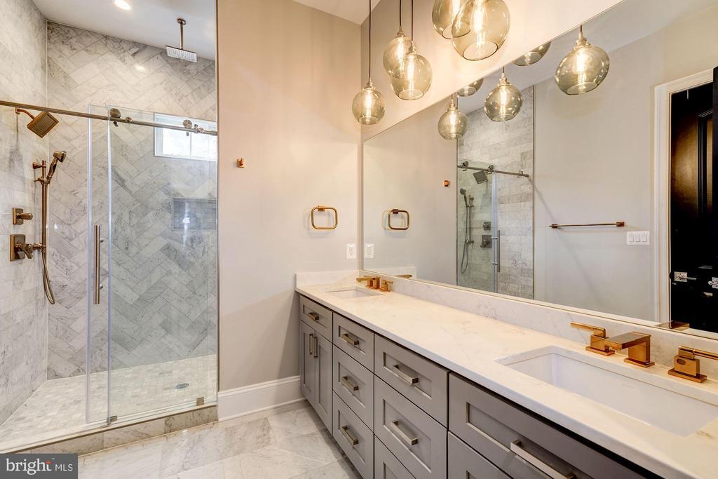 Main level full bath with dual vanities - 932 DEAD RUN DR, MCLEAN