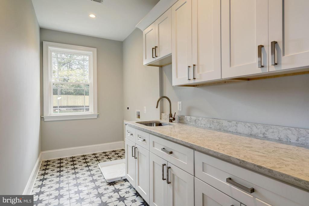 Upper level laundry room w/ designer tiling - 932 DEAD RUN DR, MCLEAN