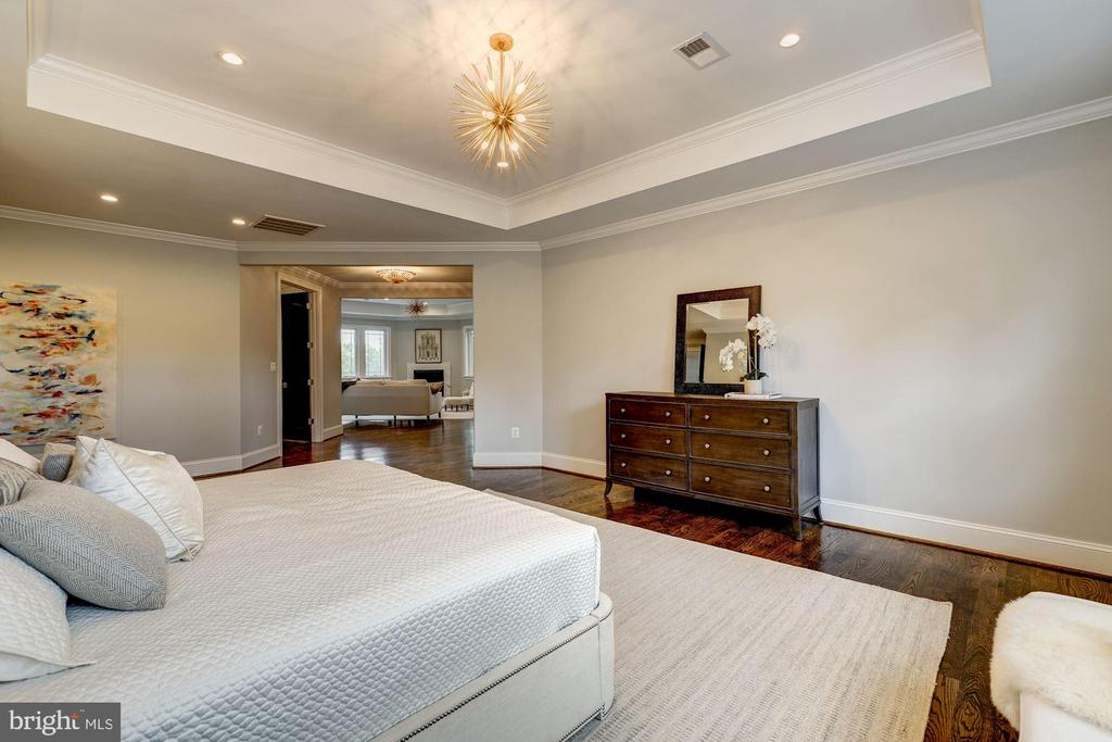 Master Bedroom with sitting area attached - 932 DEAD RUN DR, MCLEAN