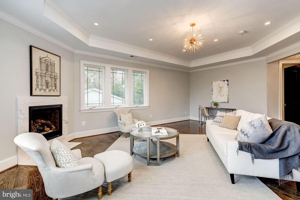 Master sitting area with gas fireplace - 932 DEAD RUN DR, MCLEAN