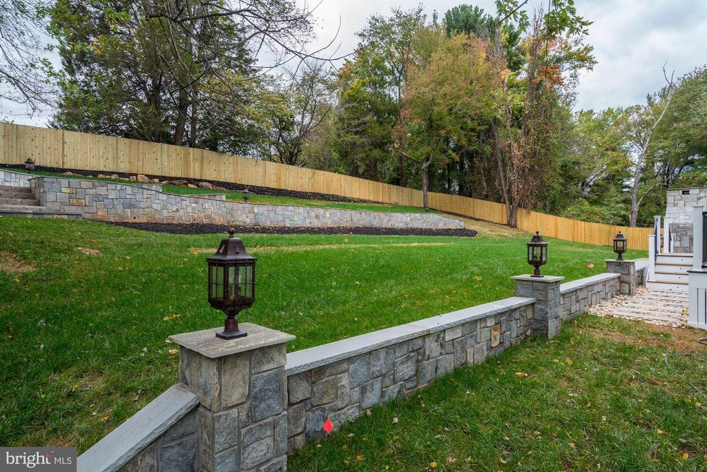 Beautiful retaining walls with lanterns - 932 DEAD RUN DR, MCLEAN