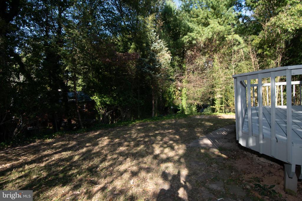 Rear Yard is Private and Wooded - 7308 FRANKLIN RD, ANNANDALE