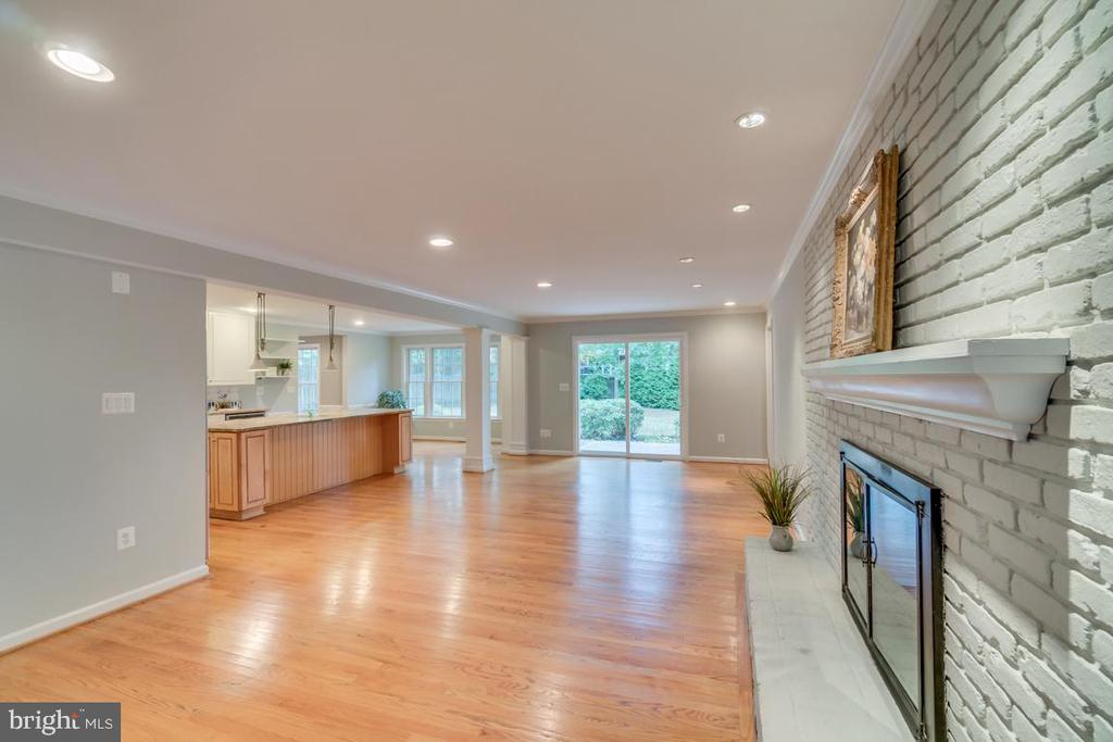 Spacious Family Room for your holiday gatherings - 3822 KING ARTHUR RD, ANNANDALE