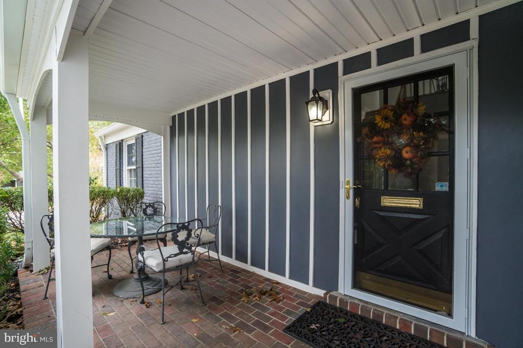 Cozy Front Porch to enjoy the beautiful Fall color - 3822 KING ARTHUR RD, ANNANDALE