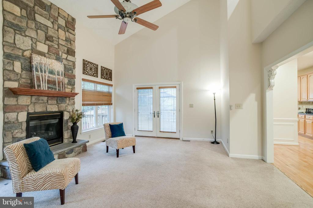 Tall vaulted ceiling in family room - 3 BULLRUSH CT, STAFFORD
