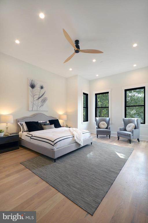 SOARING 11' ceilings and grand dimensions - 1432 1/2 G ST SE, WASHINGTON