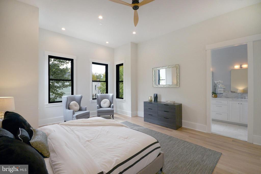 King-sized suite. - 1432 1/2 G ST SE, WASHINGTON