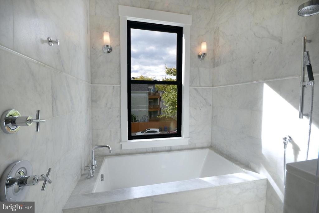 soaking tub and walk-in shower - 1432 1/2 G ST SE, WASHINGTON