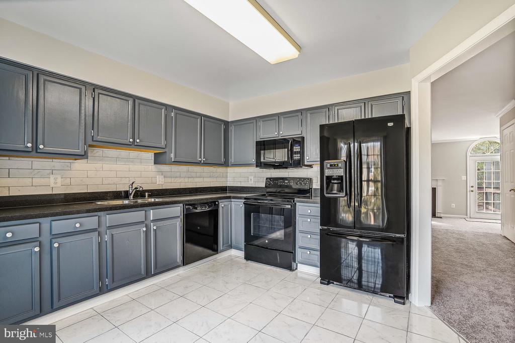 Kitchen/Newer Appliances - 46837 TRUMPET CIR, STERLING