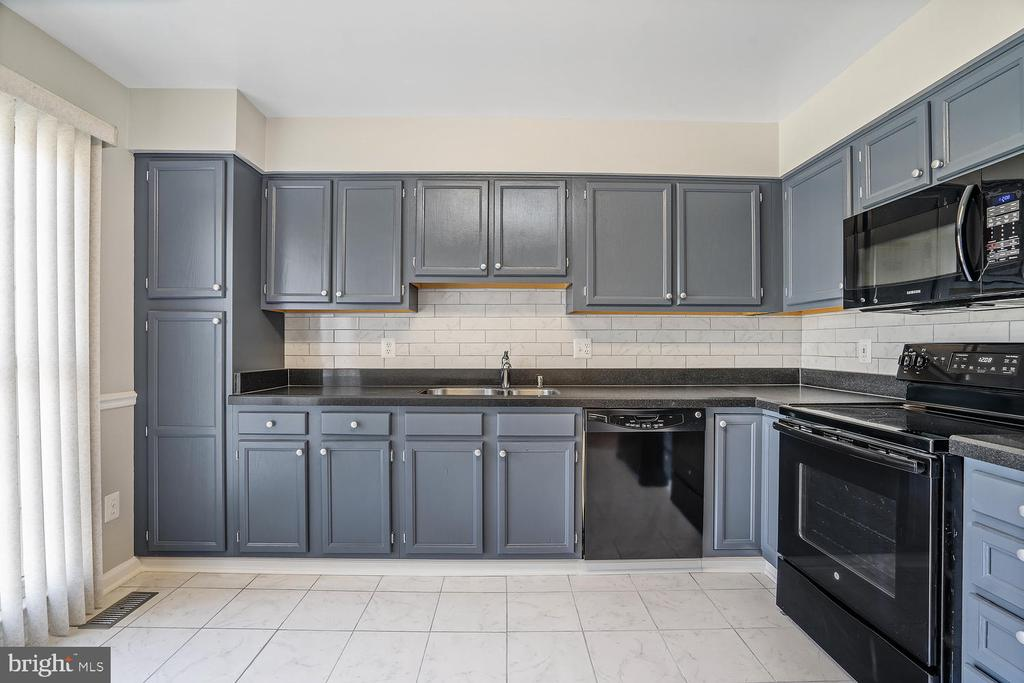 Kitchen/Newly Repainted Cabinets - 46837 TRUMPET CIR, STERLING