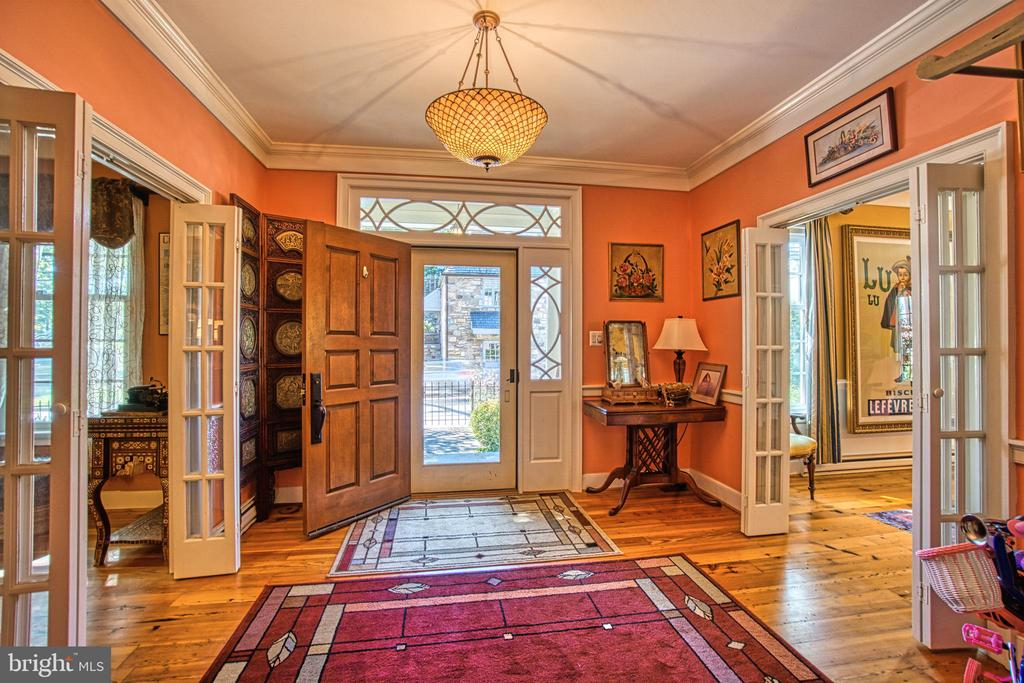 Large entrance hall welcomes guest - 20 NORTH ST NW, LEESBURG