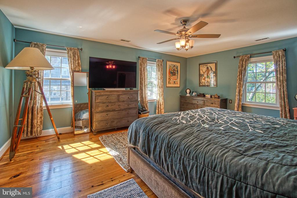 Master bedroom suite with dual walk in closets - 20 NORTH ST NW, LEESBURG