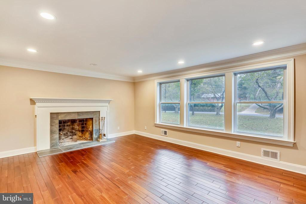 Enjoy your spacious family room - 315 SCOTT DR, SILVER SPRING