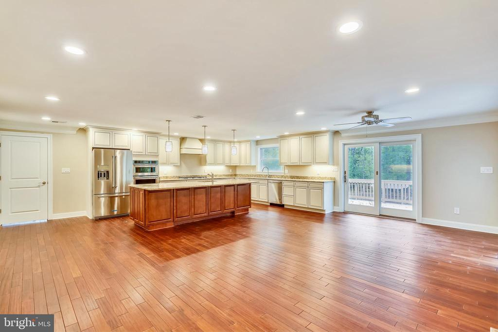 Huge kitchen is great for entertaining - 315 SCOTT DR, SILVER SPRING
