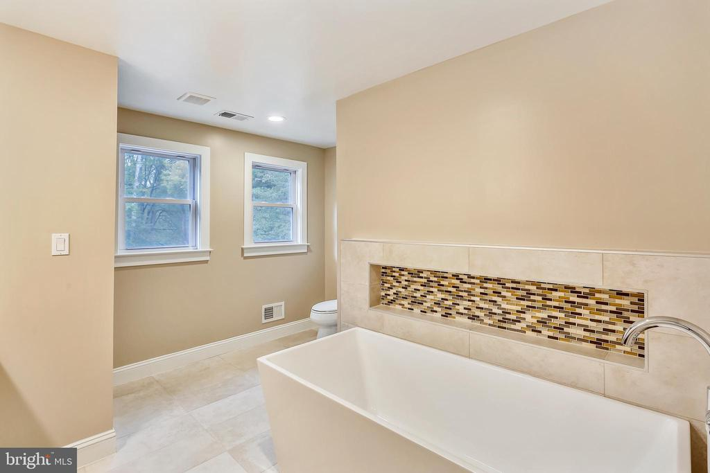 Upper level hall bath with separate shower - 315 SCOTT DR, SILVER SPRING
