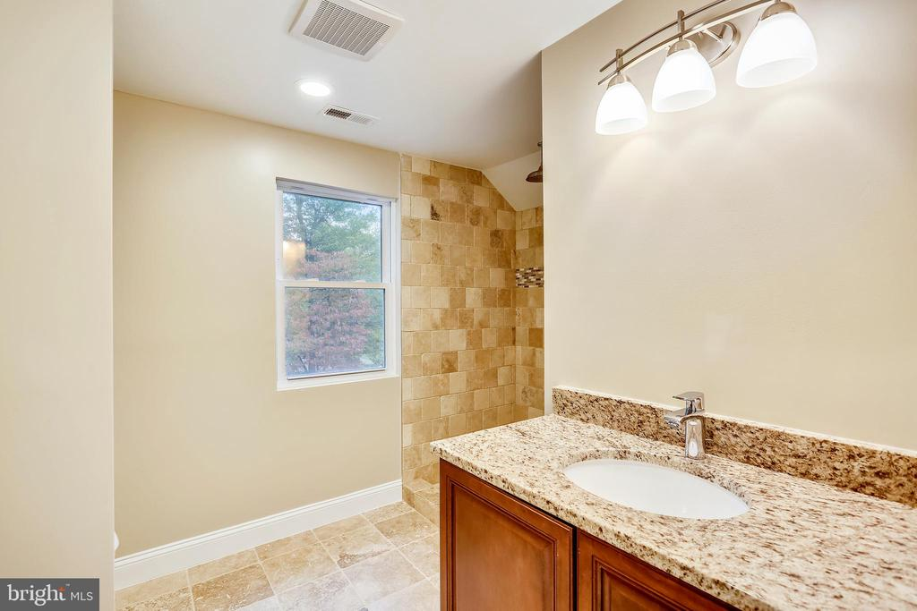 Upper level Owner's Suite with full bathroom - 315 SCOTT DR, SILVER SPRING