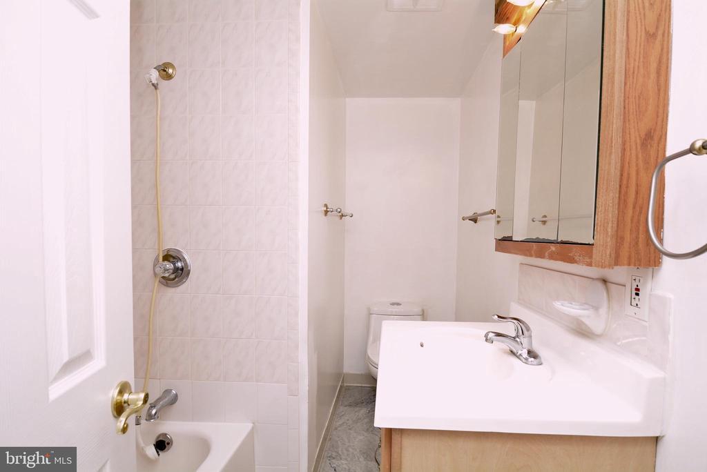 Full bath in basement - 8124 PINELAKE CT, ALEXANDRIA