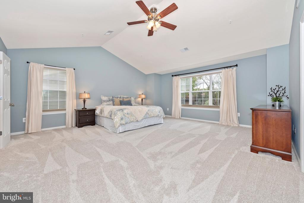 Owner's suite with vaulted ceilings - 10303 ILIAMNA CT, NEW MARKET