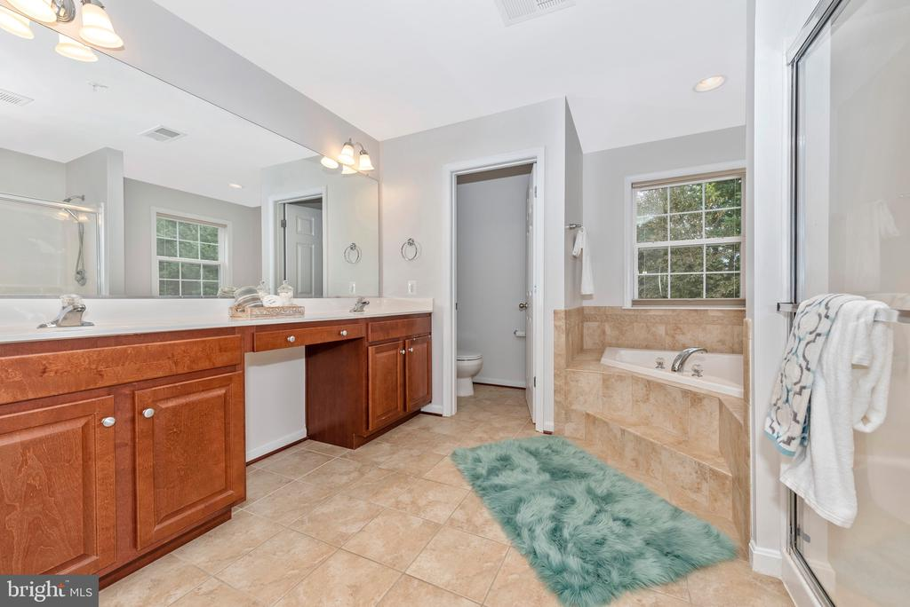 Double sinks and large counter - 10303 ILIAMNA CT, NEW MARKET
