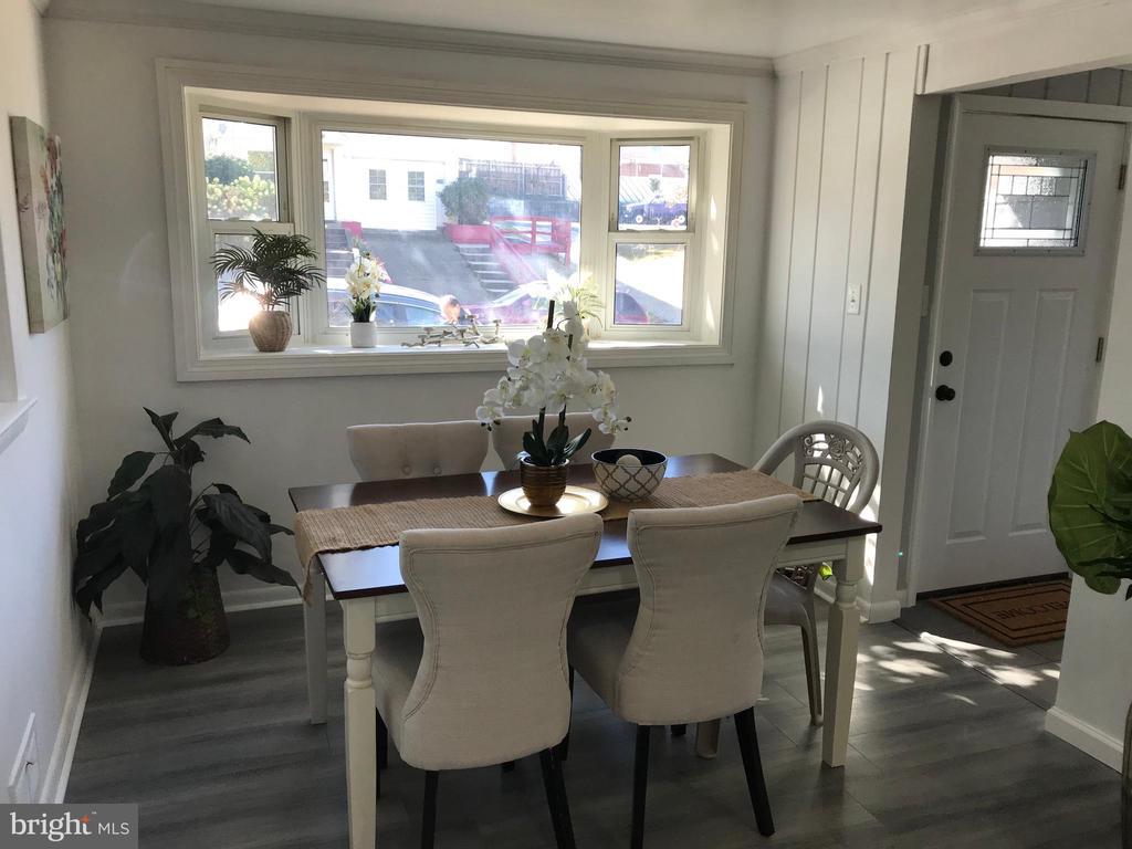 Dining Room w/Vinyl Plank Flooring, Bay Window - 2411 S MONROE ST, ARLINGTON