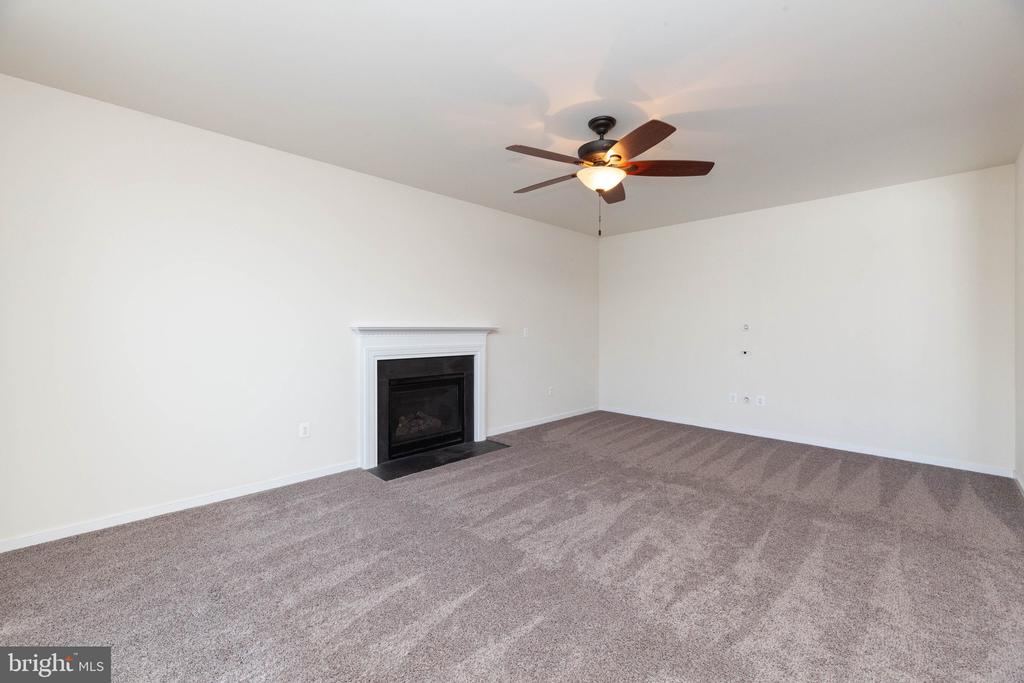 Large Family room with Fireplace - 11 DARDEN CT, STAFFORD