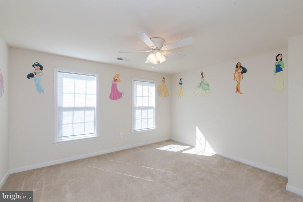 Large second bedroom - 11 DARDEN CT, STAFFORD