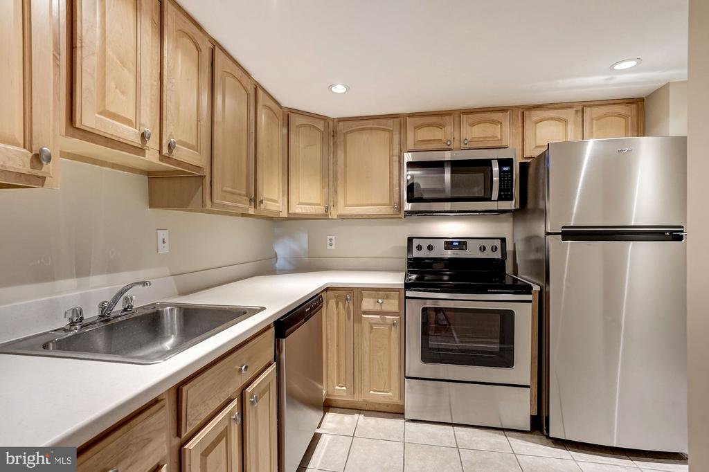Updated cabinets and brand new appliances - 2100 LEE HWY #224, ARLINGTON