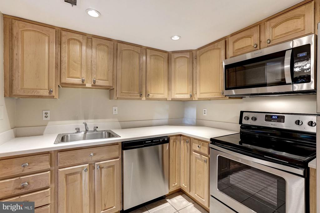 Newer cabinets - 2100 LEE HWY #224, ARLINGTON