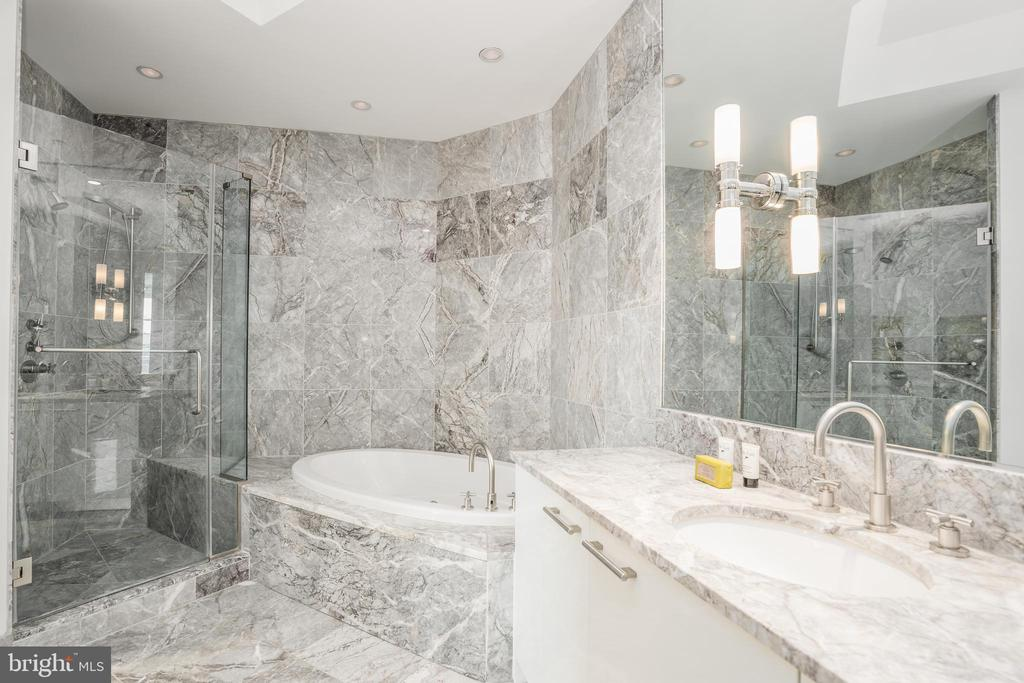 Master bath with soaking tub - 1881 N NASH ST #1902, ARLINGTON