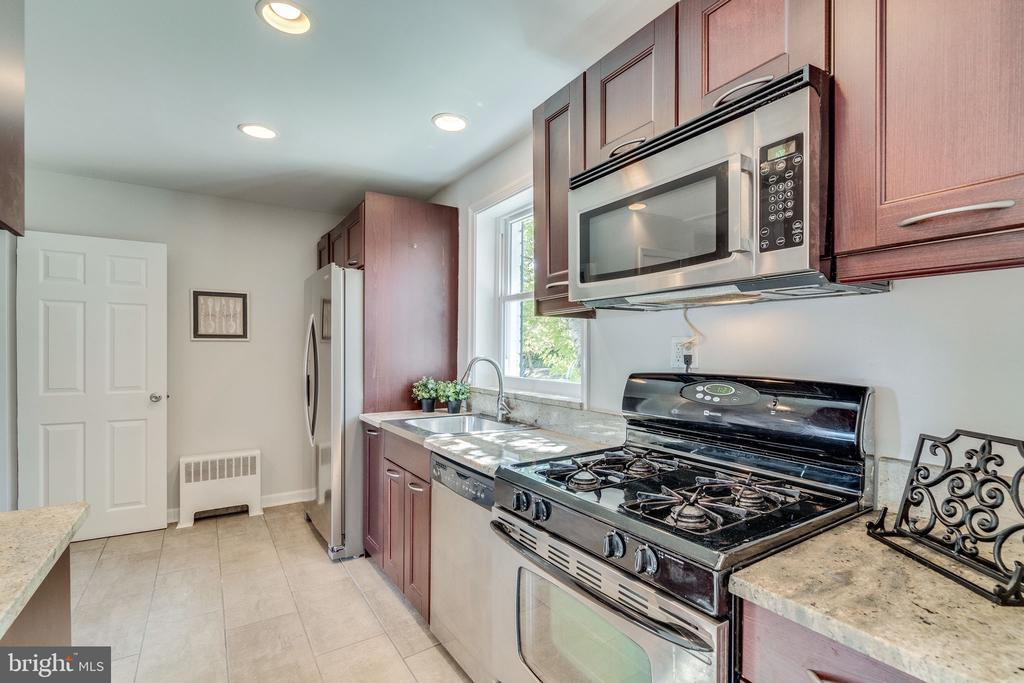 Granite counters in the kitchen - 225 GUTHRIE AVE, ALEXANDRIA
